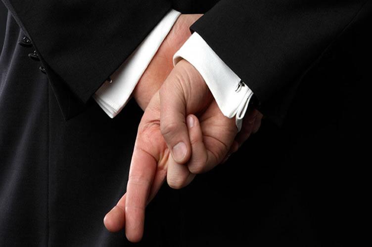 gerente de locação de costas mostrando os dedos cruzados.