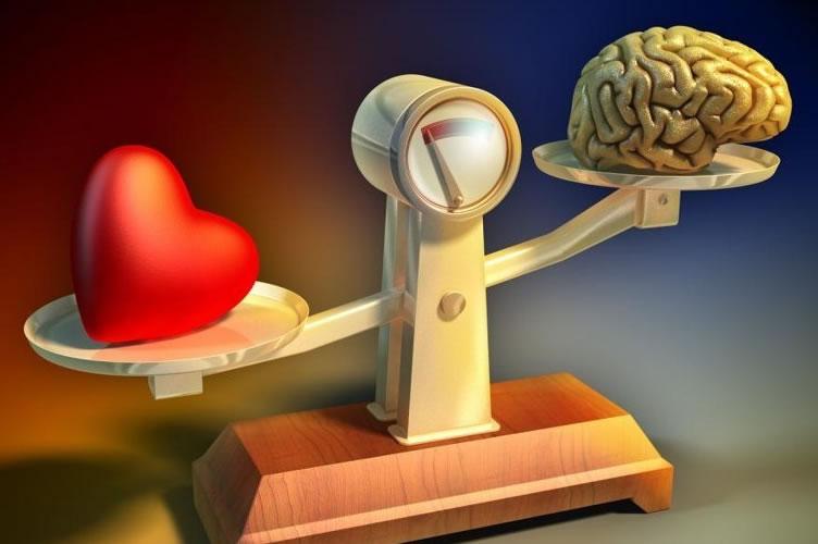 Ilustração de uma balança. De um lado o coração e do outro o cérebro.