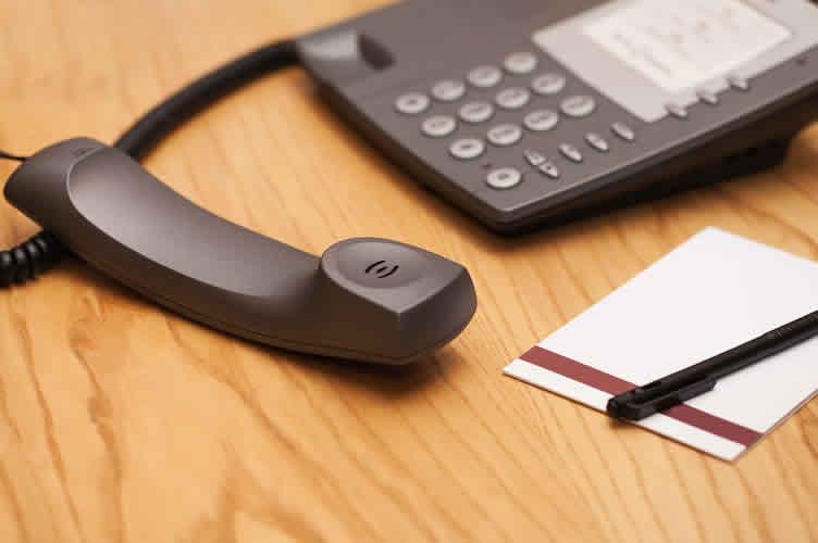 Telefone de mesa + bloco de notas e caneta. Como ofertar imóveis por telefone?