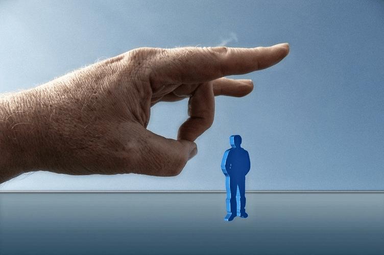 """A mãos gigante do corretor de imóveis comento seu primeiro pecado no mercado imobiliário. Abandono do cliente. Ela está em formação para dar um """"peteleco"""" no cliente, em escala menor e pintado de azul logo abaixo."""