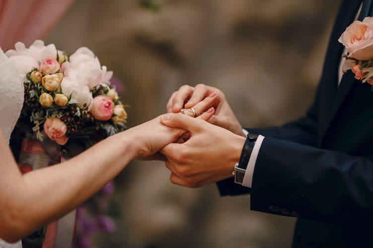 Casamento, como um acontecimento marcante para comprar um imóvel. As perguntas abertas permitem que o corretor de imóveis descubra isso.