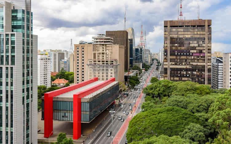 Perguntas abertas para corretores de imóveis descobrirem se o cliente quer morar em uma avenida movimenta. Exemplo da Avenida Paulista na Imagem.
