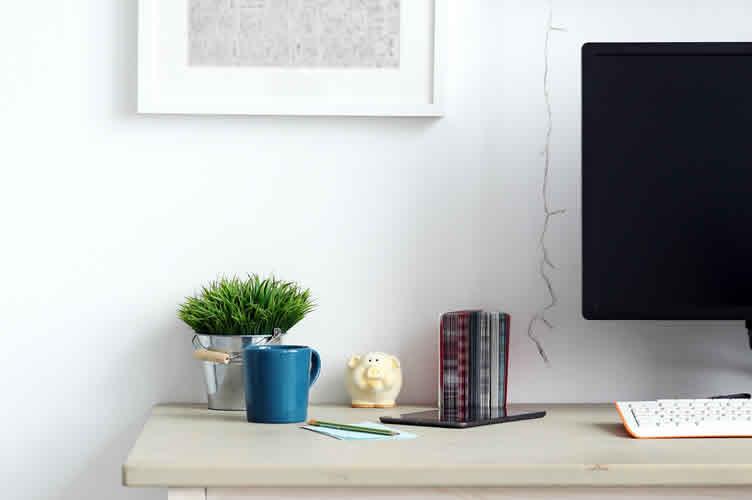 Perguntas abertas para o corretor de imóveis descobrir se o cliente quer ter um escritório em casa. Imagem de uma área de trabalho em casa.