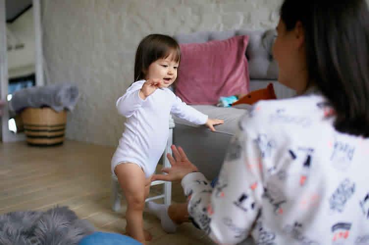 Mãe, brincando com a filha na sala da nova casa. Com as perguntas abertas o corretor de imóveis descobre como ajudar o cliente