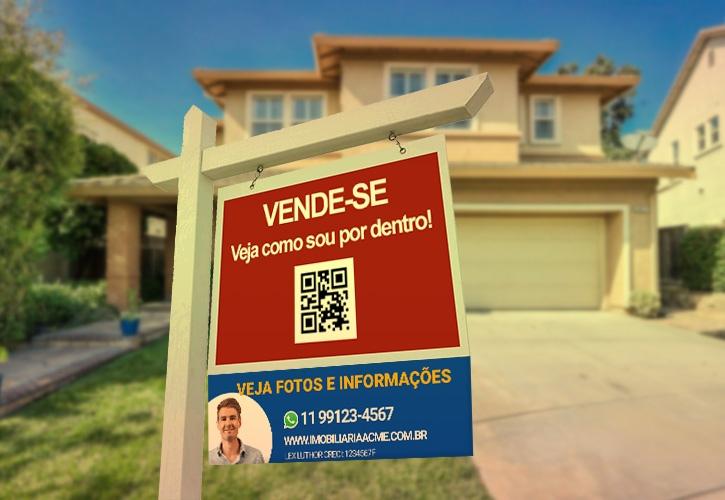 """Placa de vende-se de uma casa com QR code escrito: !Veja como sou por dentro"""". A placa é vermelha para dar bastante destaque."""
