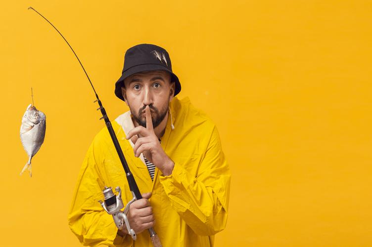 A imagem mostra ator, com uma roupa de pesca de borracha, uma vara e um peixe preso ao anzol. Para resumir bem o que é o outbound marketing para imobiliárias