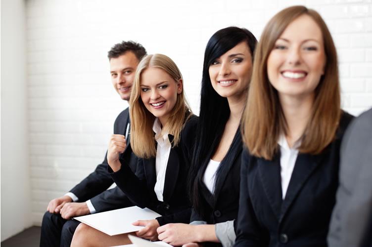 Equipe de corretores de imóveis iniciantes e satisfeitos ao trabalhar na imobiliária. 3 mulheres e 1 homem no final