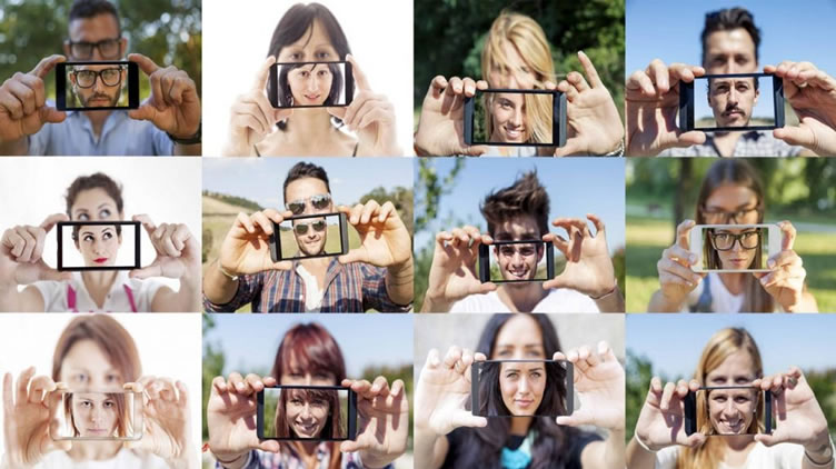 Diversas pessoas com o celular na mão, se filmando. Aparecem o rosto através de uma selfie. A dica é para os corretores de imóveis conhecerem influenciadores nas redes sociais.