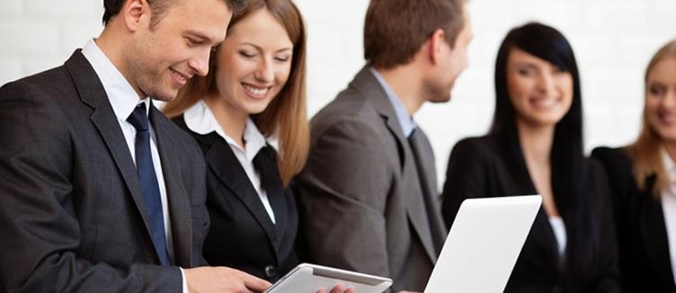 Dois corretores de imóveis conversando com um tablet na mão sobre as estratégias utilizadas nas redes sociais.