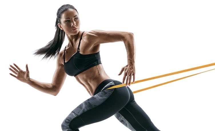 Mulher super malhada fazendo um treinamento com elástico.