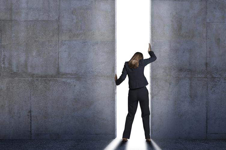 Corretora de imóveis abrindo uma porta enorme com a luz do dia do outro lado. Descobrindo o caminho para o sucesso nas vendas imobiliarias.